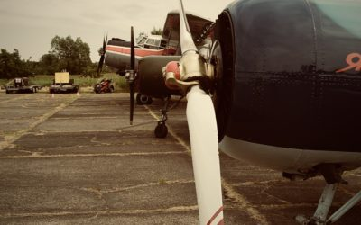 Ein Blick in den Hangar des Nachbarn (YAK-52)